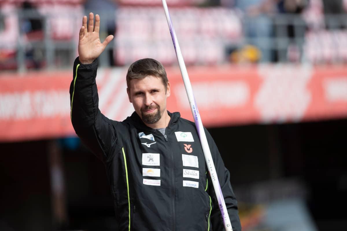 Keihäsmestari Antti Ruuskanen jätti jäähyväiset kilpakentille lauantaina Ratinan stadionilla.
