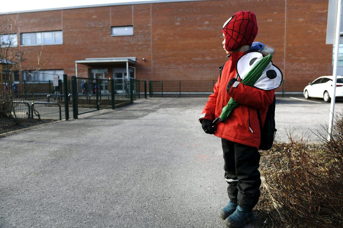 Koululainen matkalla kouluun.