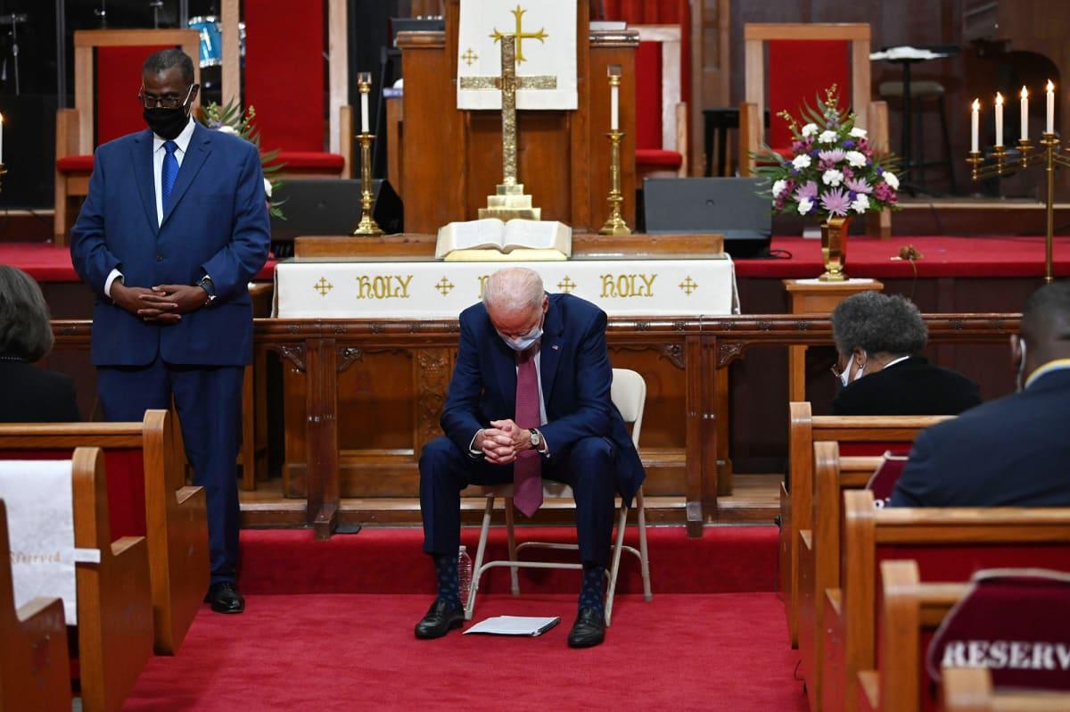 Joe Biden rukoilee kirkossa Delawaressa.