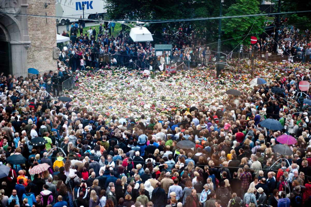 Tuhannet ihmiset hiljentyivät minuutin ajaksi Oslon tuomiokirkon edessä.