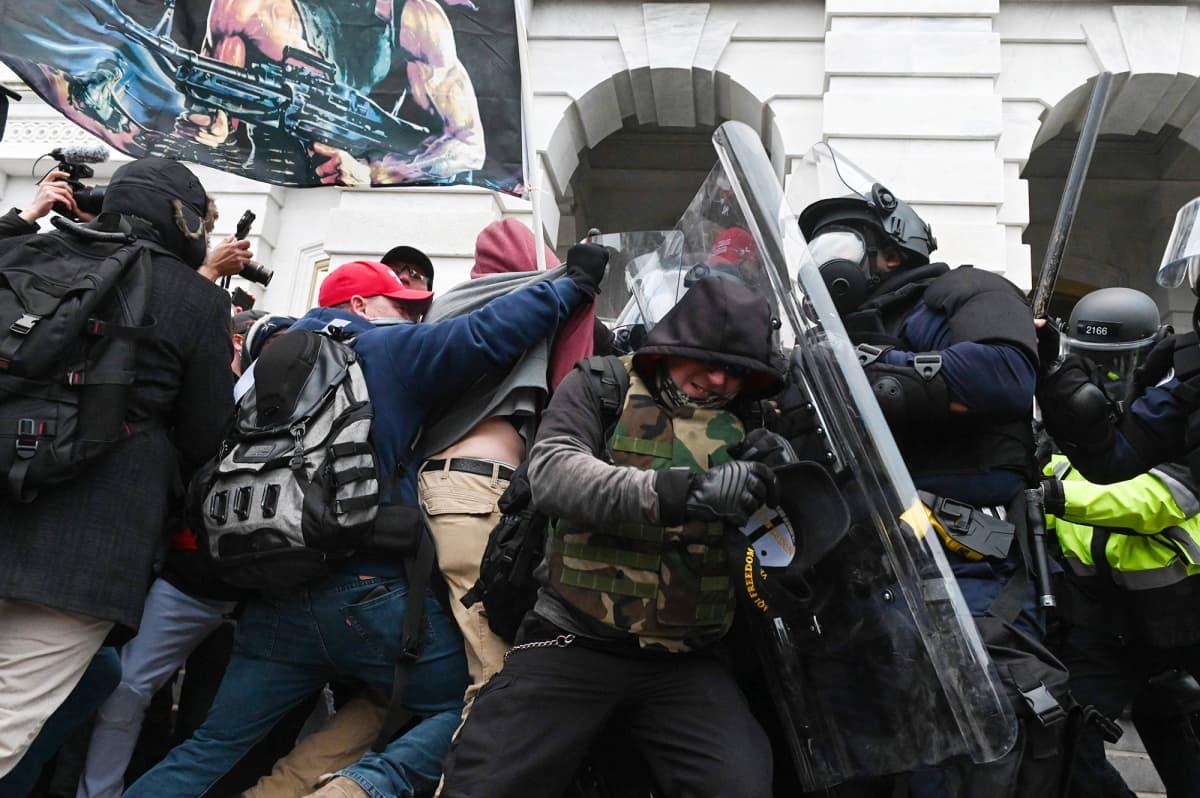 Mielenosoittajat ja poliisi ottavat yhteen Yhdysvaltain kongressitalon edessä.