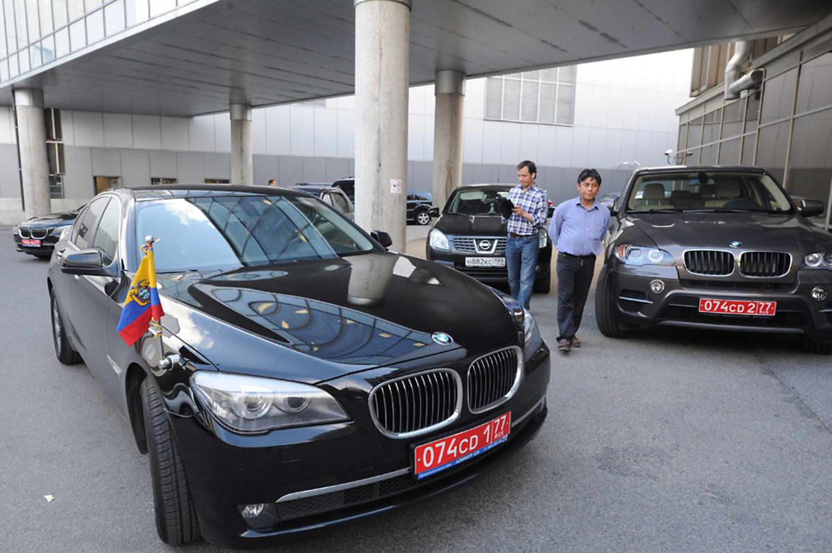 Kaksi ecuadorilaista lähetystön autoa oli pysäköity Šeremetjevon lentoaseman ulkopuolelle.