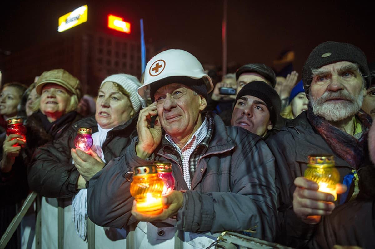 Ukrainalaiset kuuntelivat vankeudesta vapautetun Julia Timosenkon puhetta Kiovassa 22. helmikuuta.