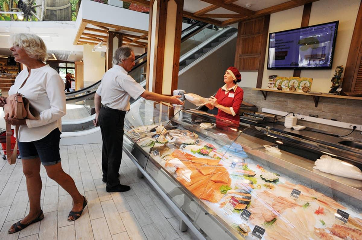 Venäläispariskunta osti kalaa Lend-supermarketista Pietarissa 9. elokuuta.