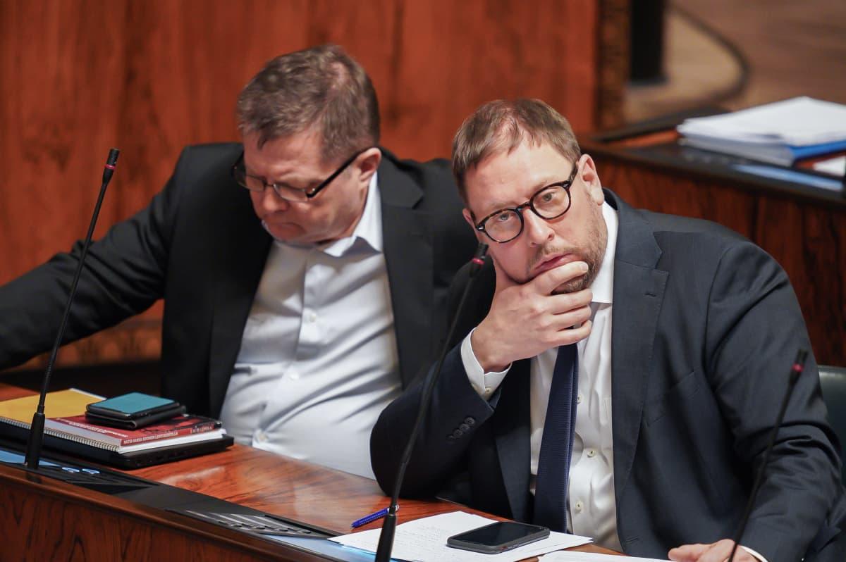 Paavo Arhinmäki ja Markus Mustajärvi eduskunnassa 5.3.2020