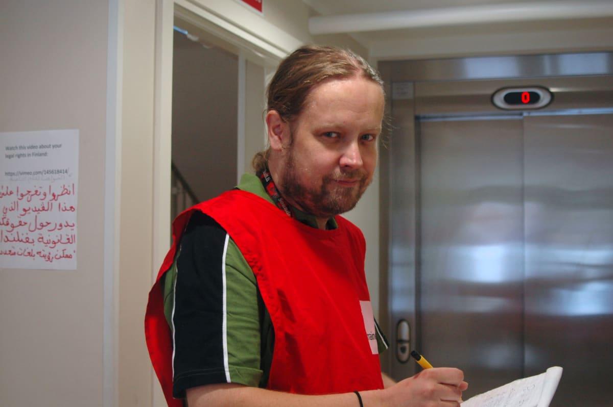 Timo Ekman vapaaehtoistöissä Seinäjoen vastaanottokeskuksessa.