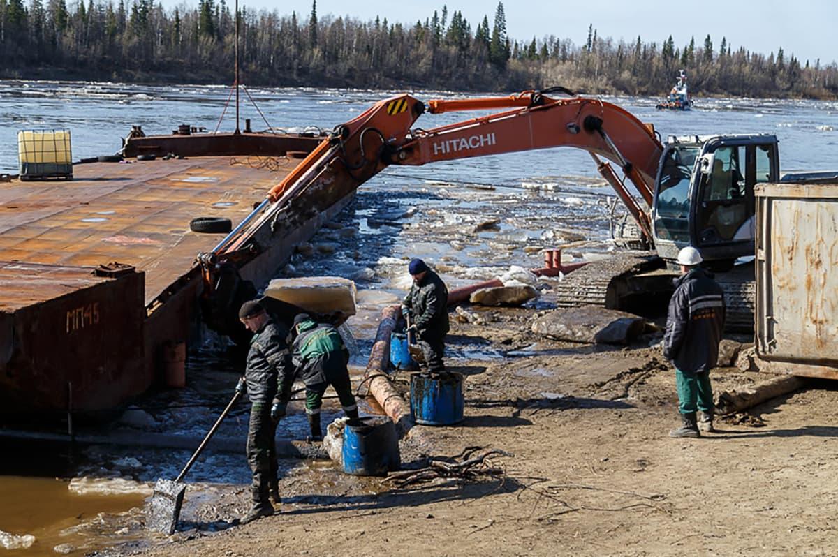 Öljyntorjuntaa Kolva-joella.