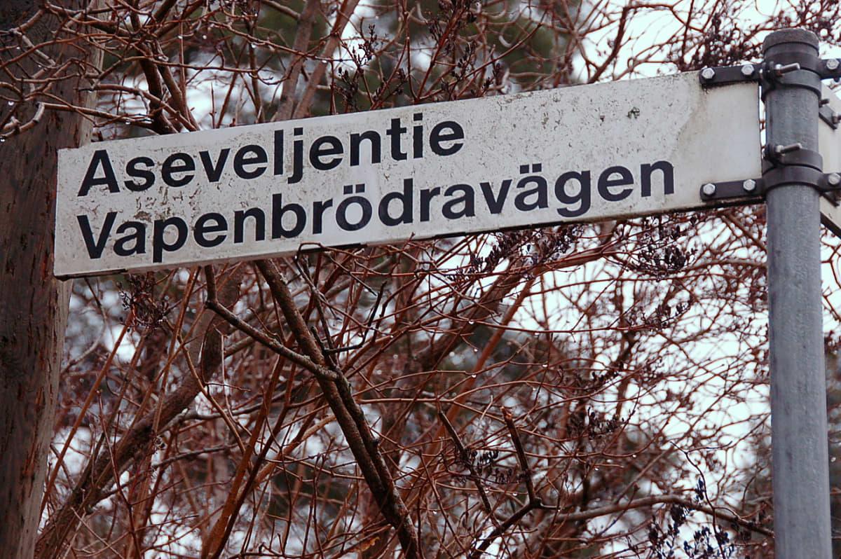Myös Aseveljentie löytyy Mäkkylänmetsän alueelta.