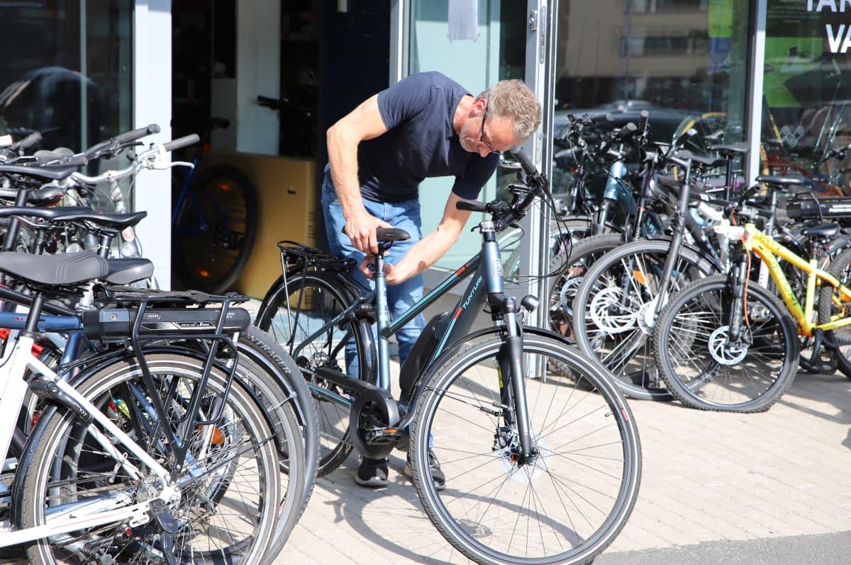 Mountainbike Centerin yrittäjä Antti Mäkikallio korjaa viimeistelee myytävää pyörää liikkeensä edessä