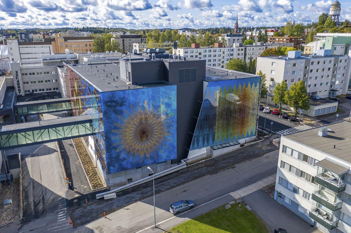 Ilmakuva Mikkelin keskussairaalasta. Etualalla Perhetalo, taustalla maisemassa Mikkelin keskustaa ja tuomiokirkko.