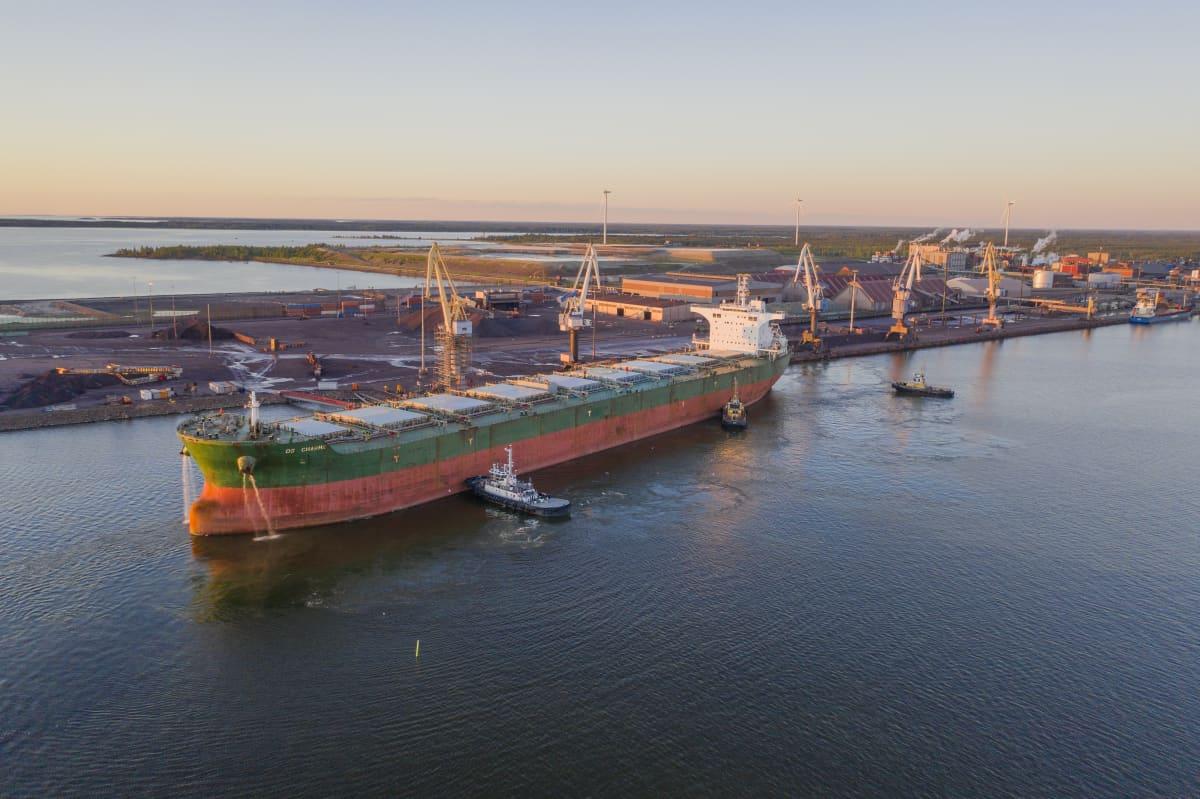 Fartyg lägger till i Karleby hamn.