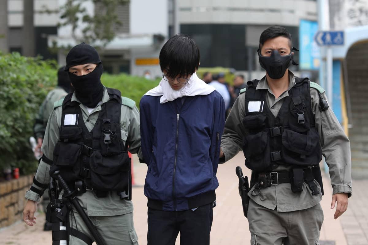 Poliisi saattoi prostestoijia pois piiritetyn yliopiston kampukselta.