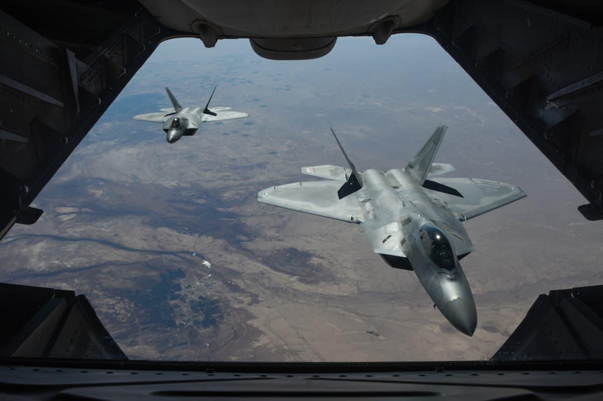 Kaksi Yhdysvaltain F-22 Raptor -konetta
