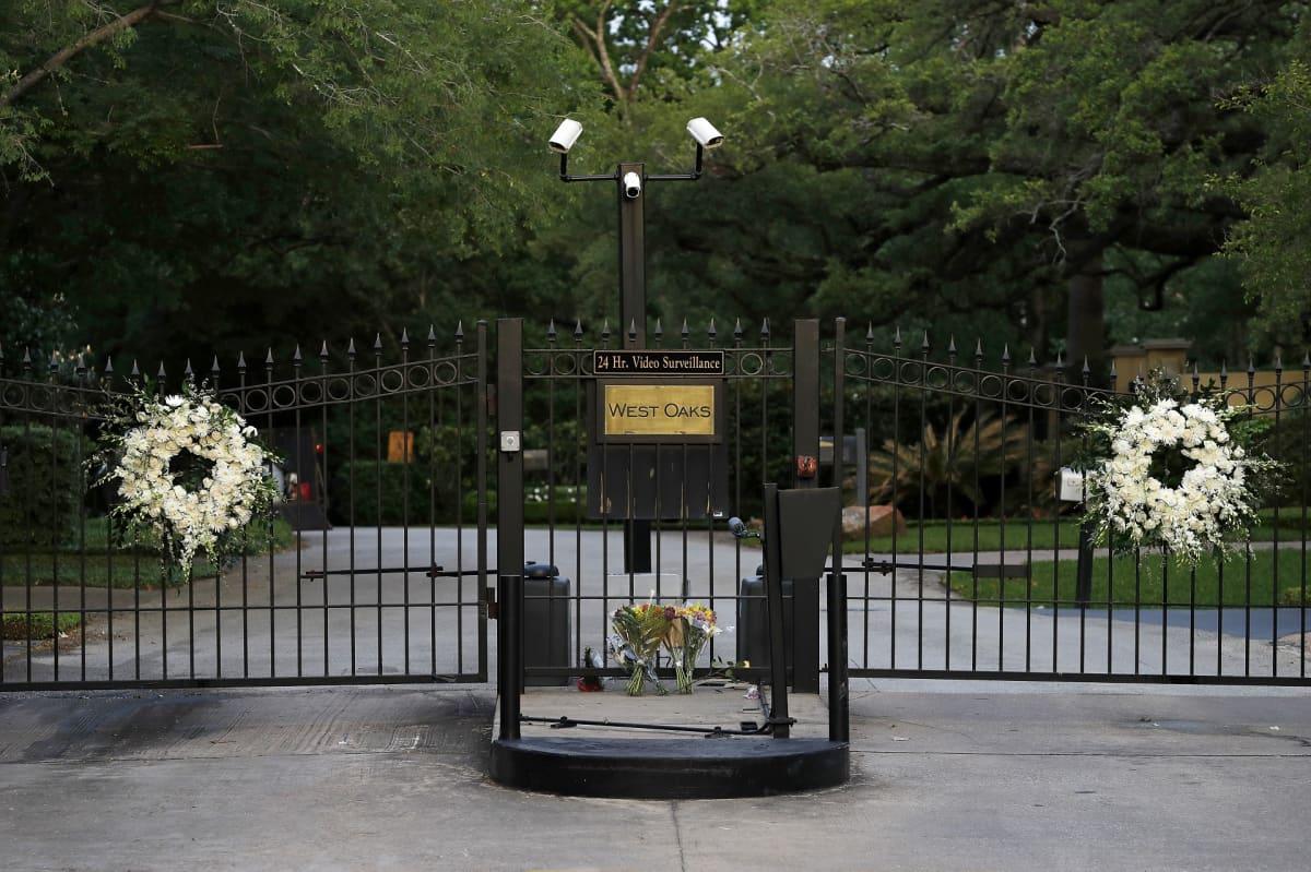 Valkoiset kukkaseppeleet porteissa Houstonissa, Texsasissa, jossa Barbara Bush asui.