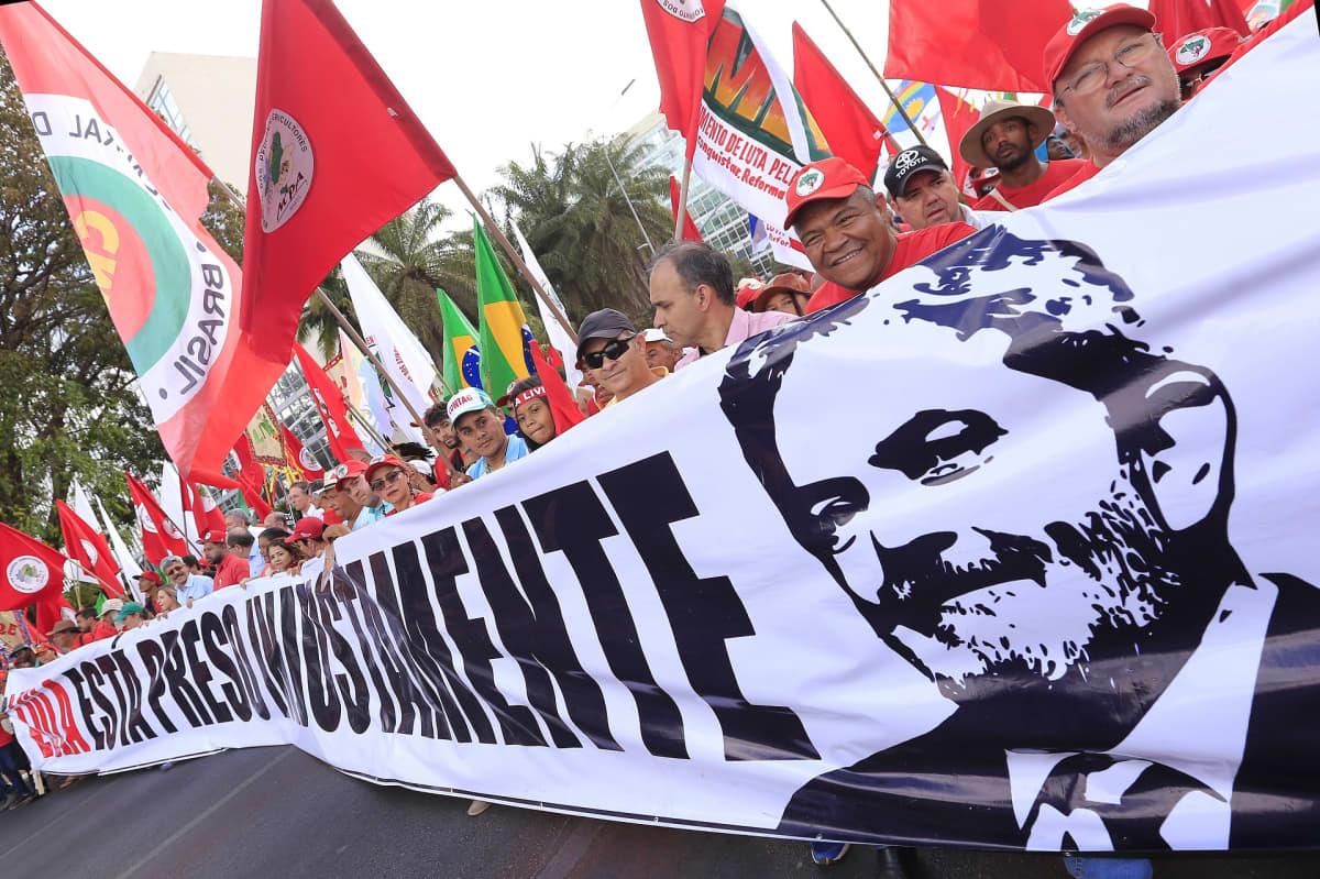 Ex-presidentti Lulan kannattajat marssivat mielenilmauksena hänen puolestaan.