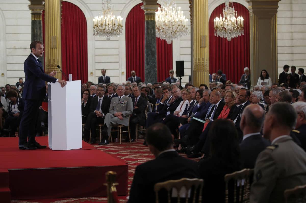 Presidentti Emmanuel Macron pitää puhetta.
