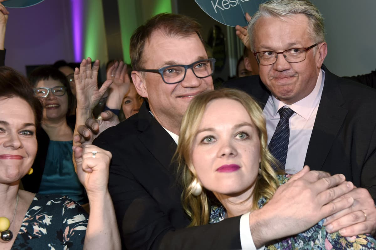 Keskustan Hannakaisa Heikkinen, puheenjohtaja Juha Sipilä, Katri Kulmuni ja Juha Rehula  reagoivat ennakkoäänten tulokseen puolueen vaalivalvojaisissa Helsingissä.