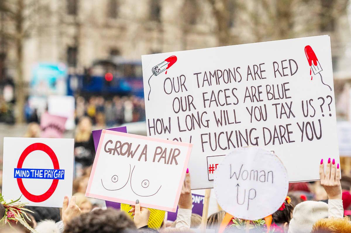 Tamponien verotusta vastustava mielenosoitus Lontoossa.