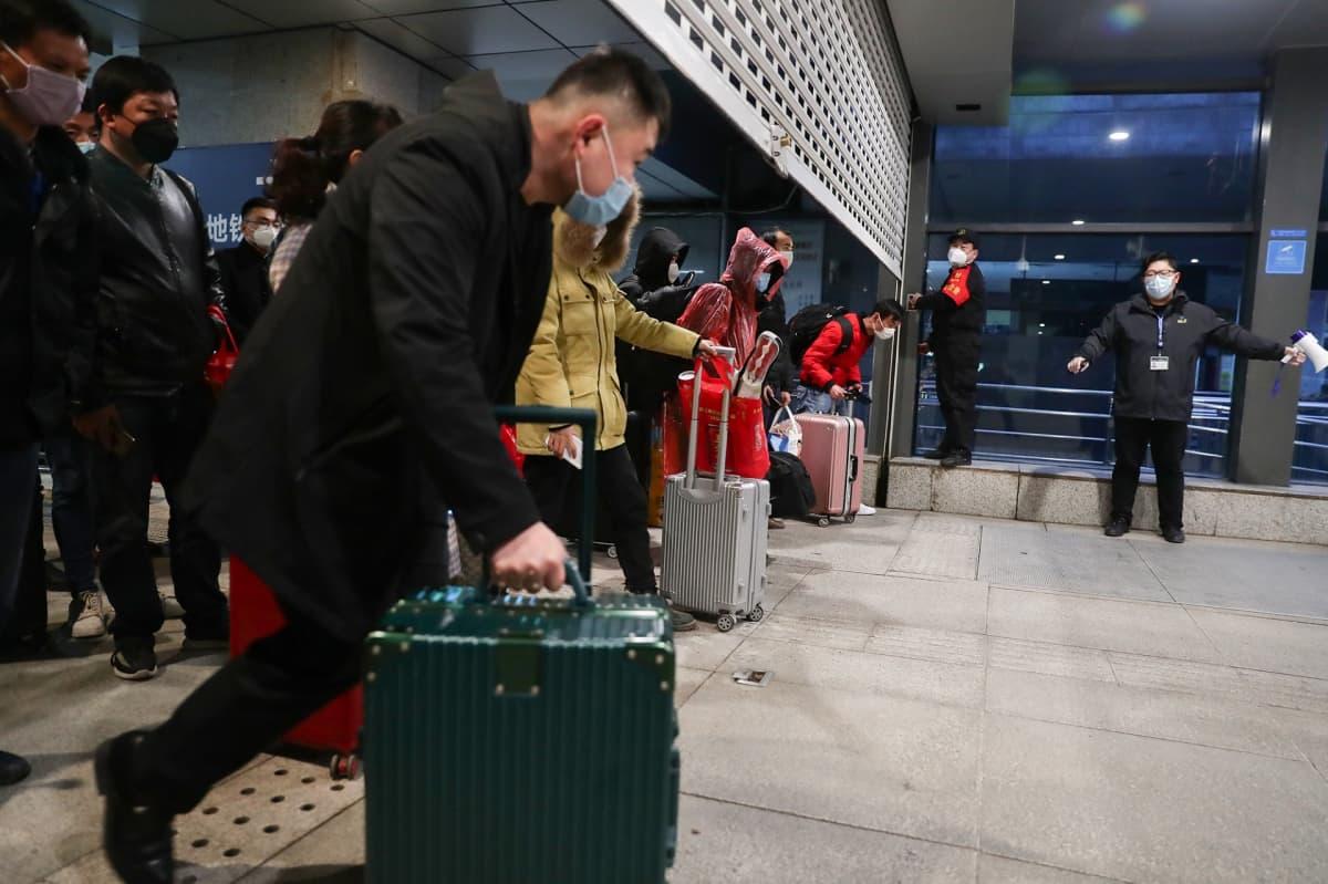 Ensimmäisiä matkustajia Wuhanin karanteenin jälkeen avatussa metrossa.