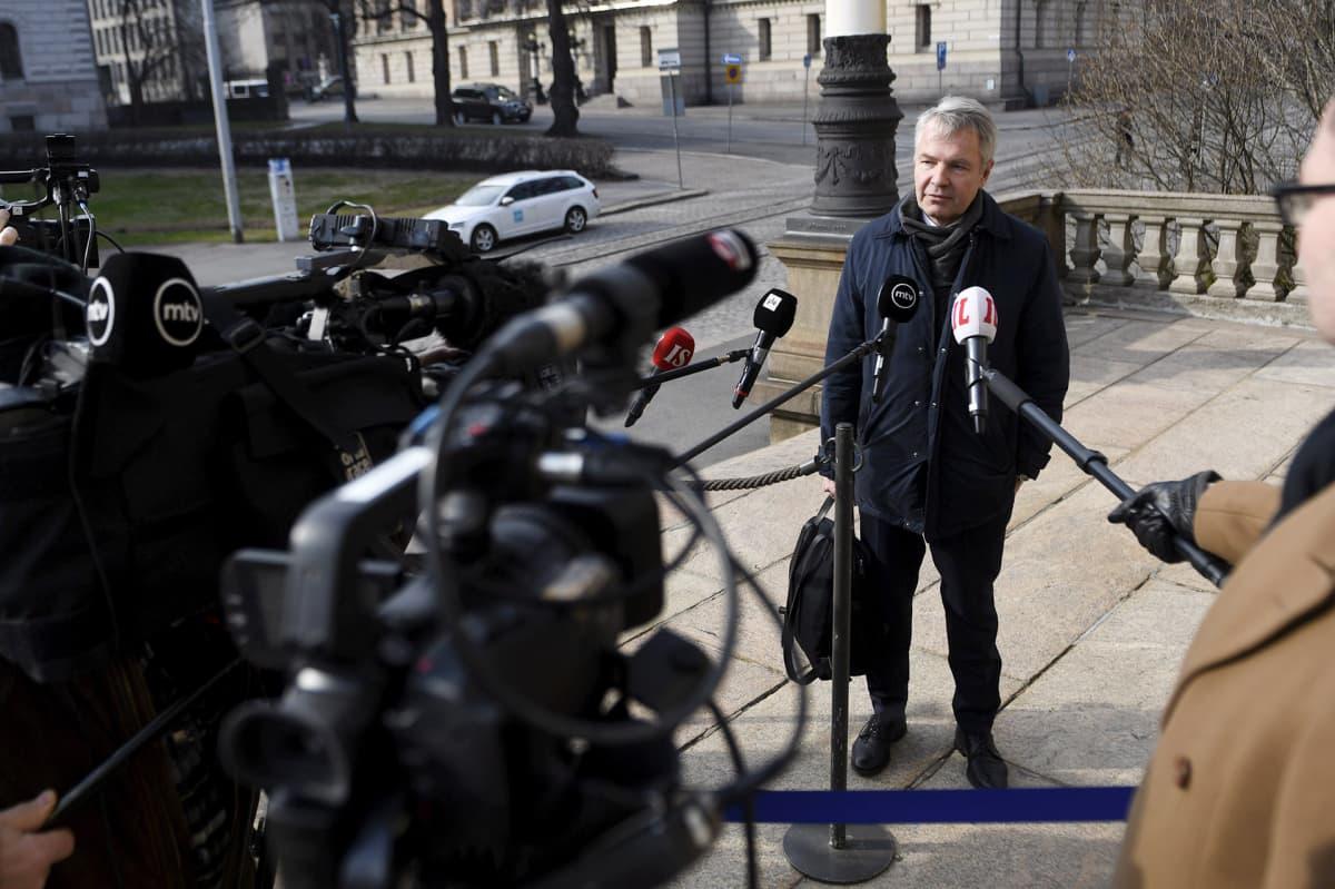 Pekka Haavisto median ympäröimänä.