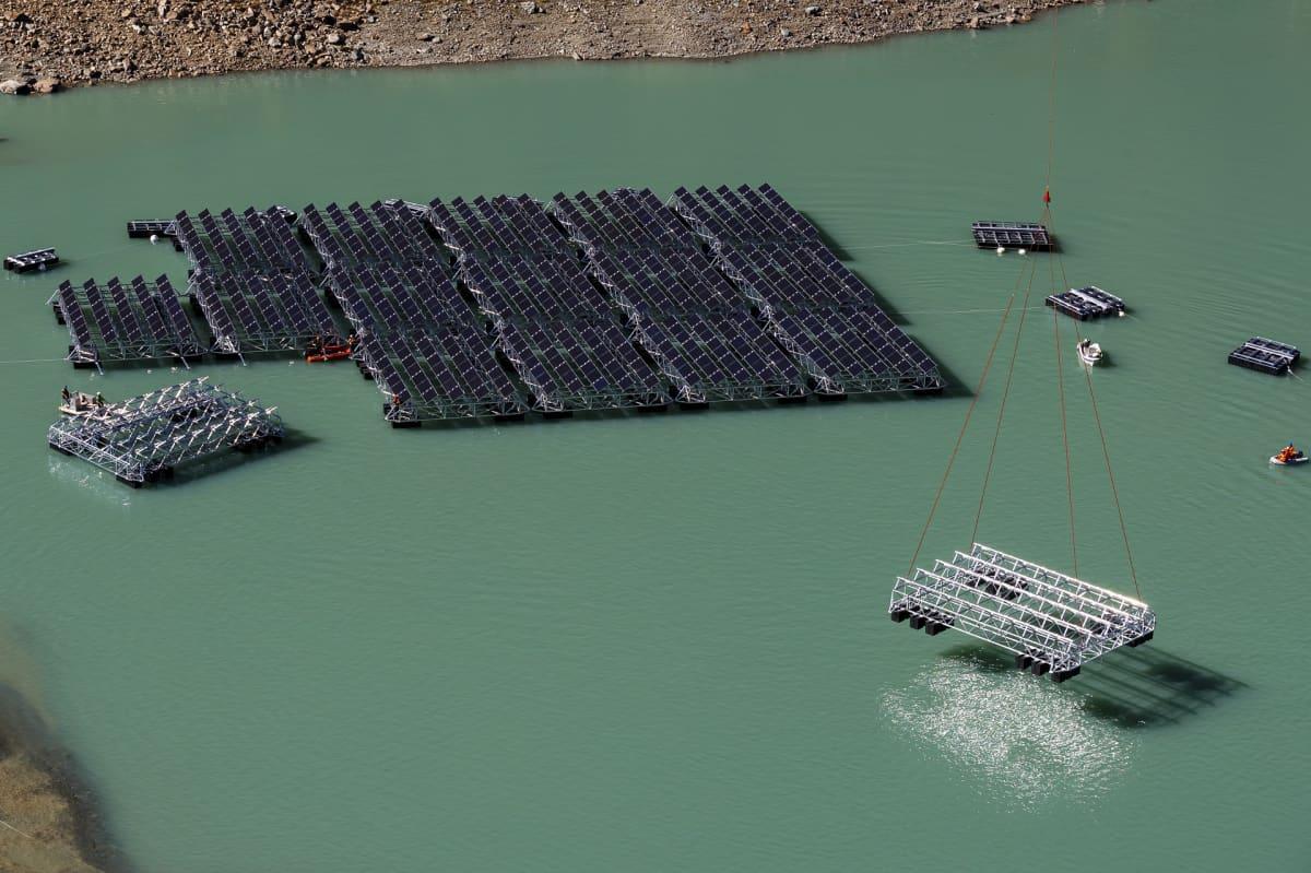 Kelluvaa aurinkovoimalaa rakennetaan Lac des Toules -järveen Sveitsissä.