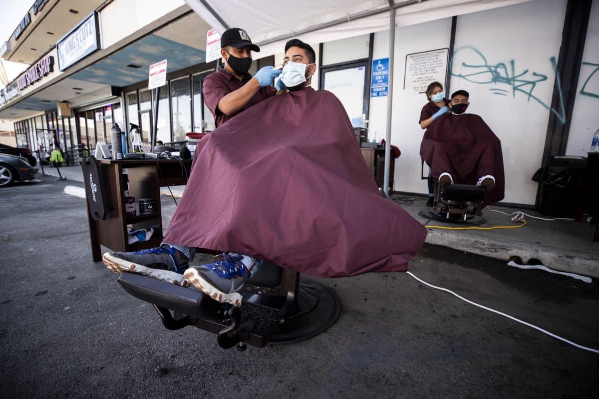 Parturit työskentelevät pysäköintipaikalla Los Angelesissa, Yhdysvalloissa heinäkuussa 2020.