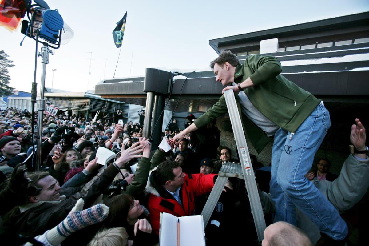 Yhdysvaltalainen talk show-juontaja Conan O'Brien tervehti suomalaisfanejaan Helsinki-Vantaan lentokentällä 11. helmikuuta 2006.