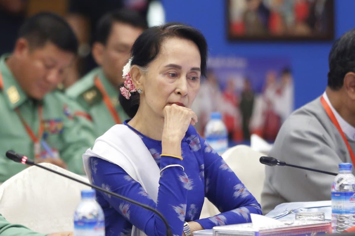 Myanmarin siviilijohtaja Aung San Suu Kyi istuu mietteliäänä.