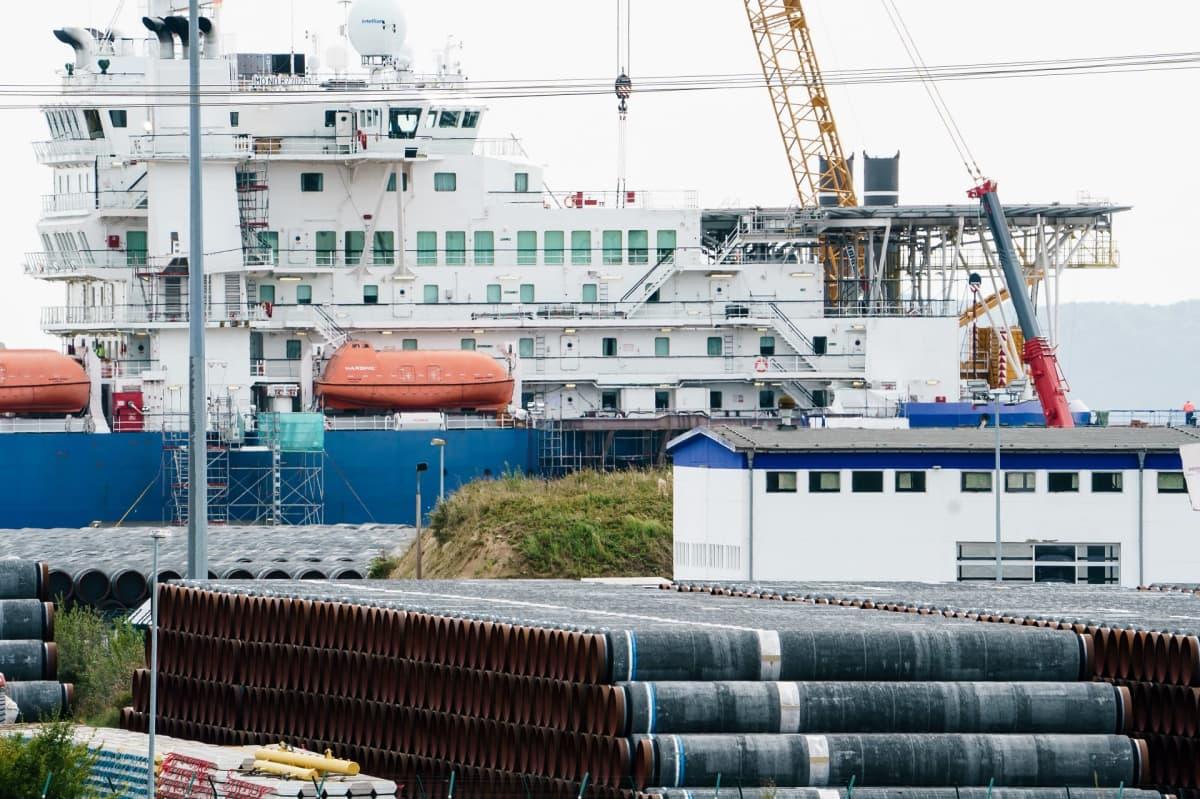 Nord Stream 2:een tarkoitettuja putkia, taustalla laiva.