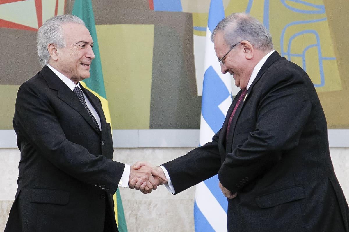 Brasilian presidentti kättelee suurlähettiläs Amiridisia.
