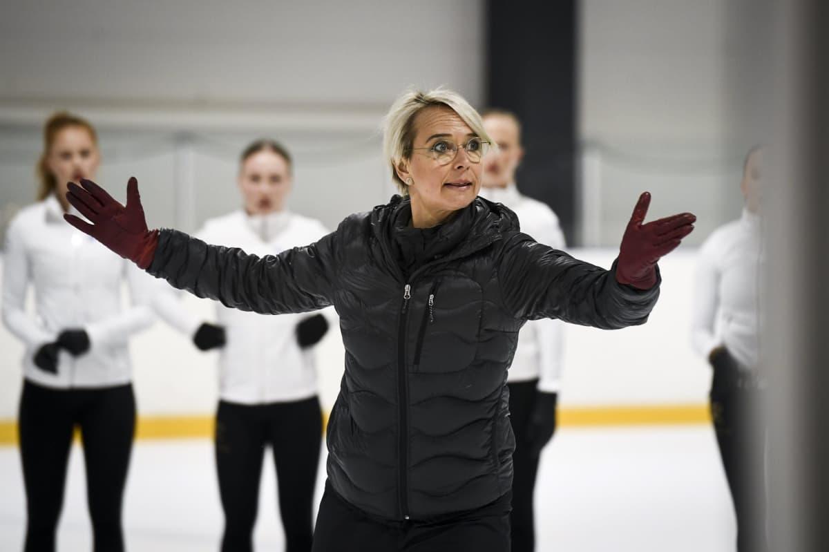 Päävalmentaja Kaisa Arrateig antaa ohjeita Rockettesin harjoituksissa.