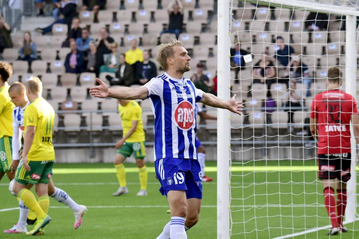 HJK:n Tim Väyrynen juhlii 1-0-osumaansa. 25.7. 2020