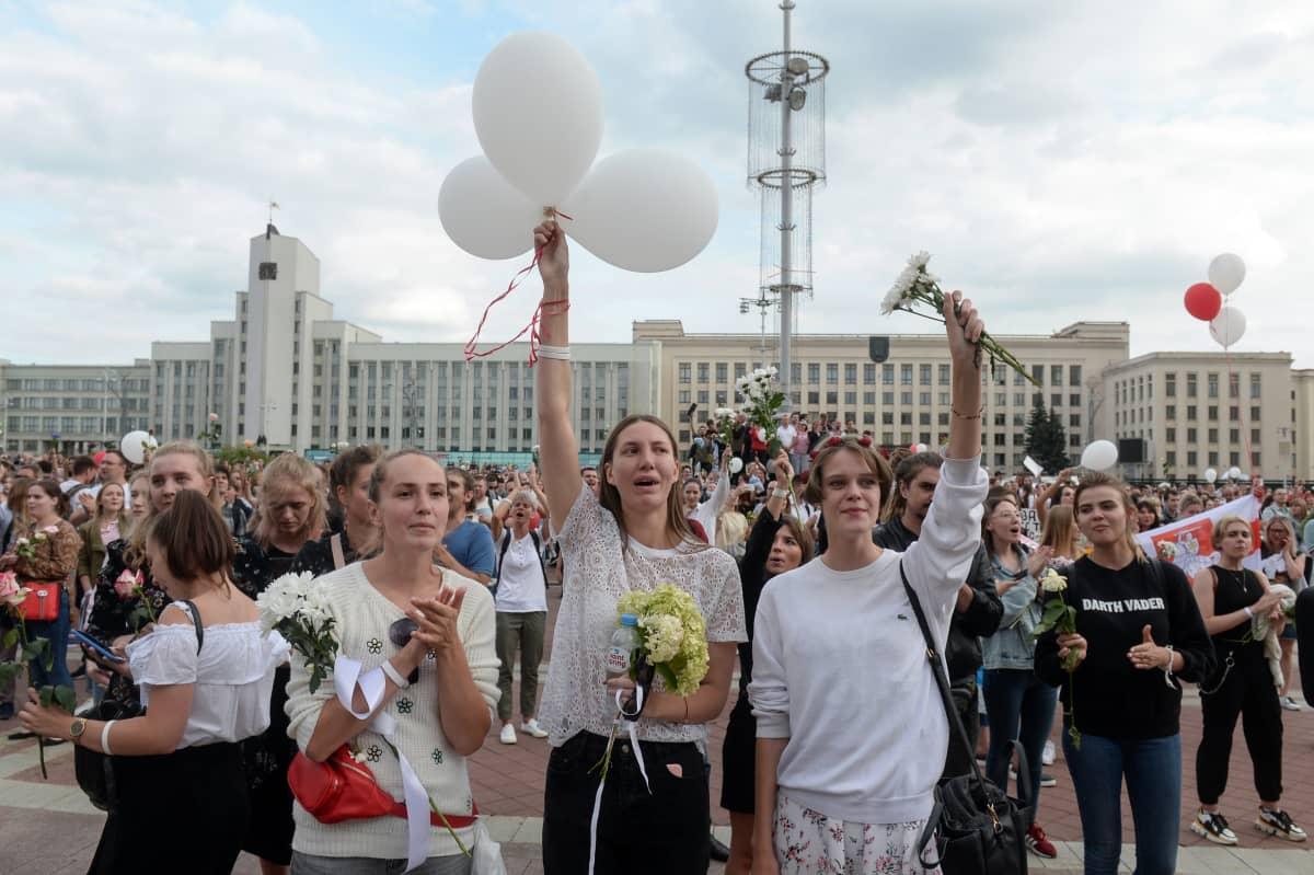 Minskin Itsenäisyyden aukiolle saapuneet ihmiset osoittivat mieltään presidenttiä, vaalivilppiä ja mielenosoittajiin kohdistunutta väkivaltaa vastaan.