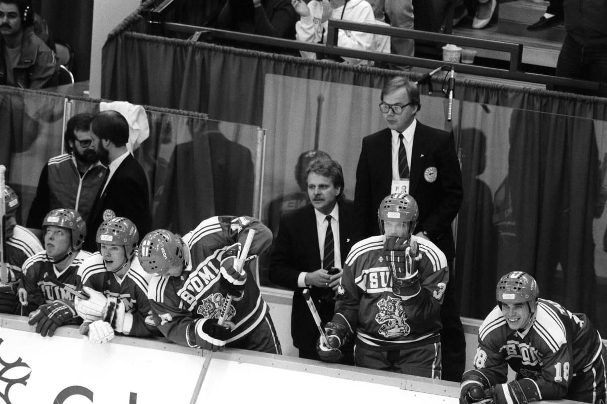 Pentti Matikainen ja Hannu Jortikka seuraavat viimeisiä sekunteja kentällä Suomen voitettua Neuvostoliiton 2-1.