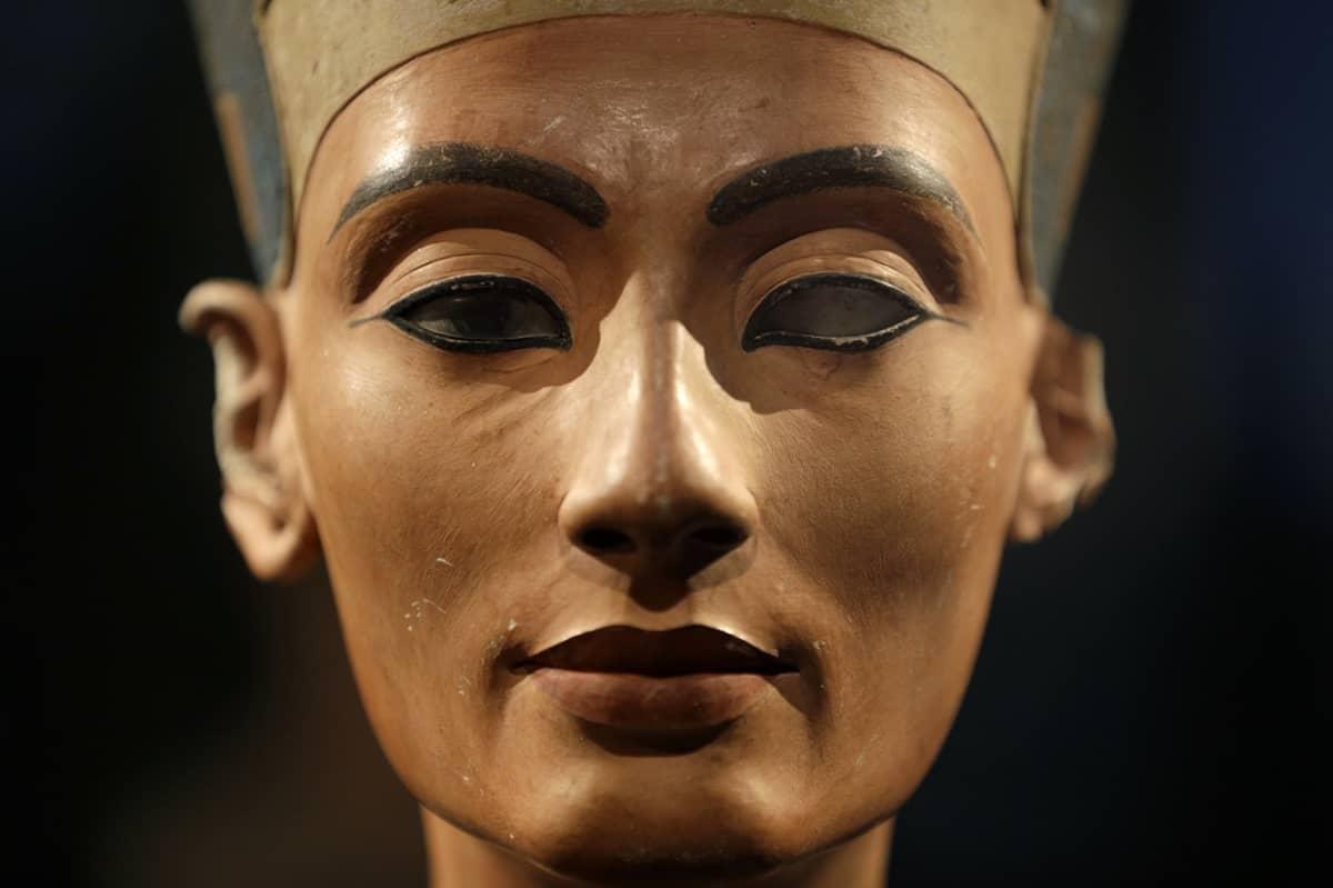 Lähikuva Nefertitin kasvoista edestäpäin.