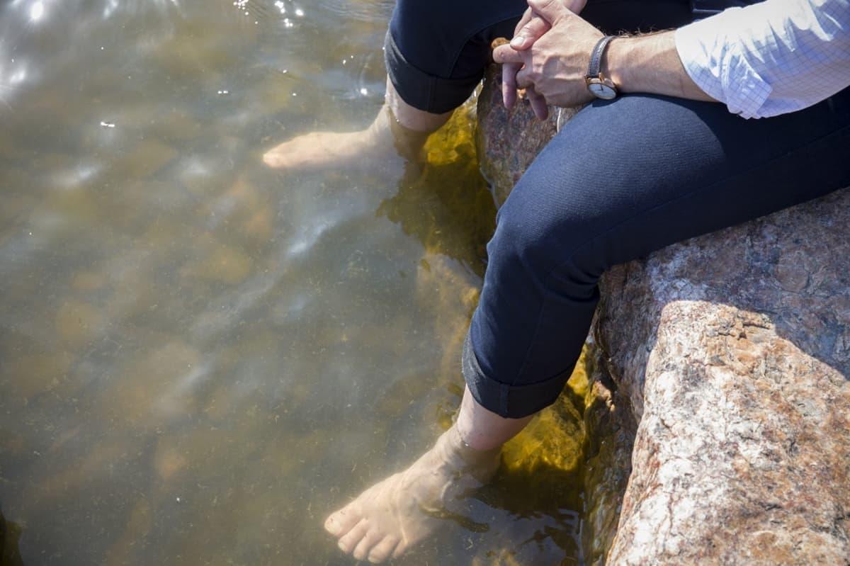 Paljaat jalat vedessä.
