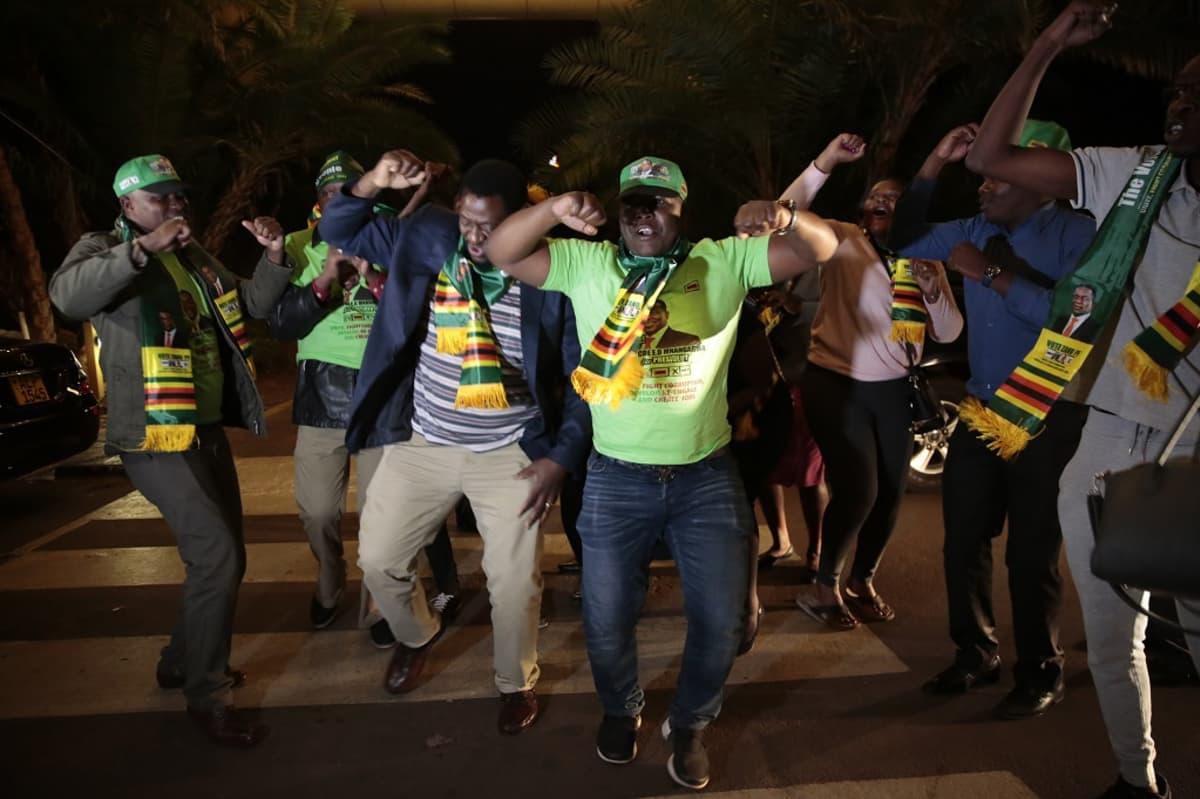 miehiä tantsuamassa kadulla