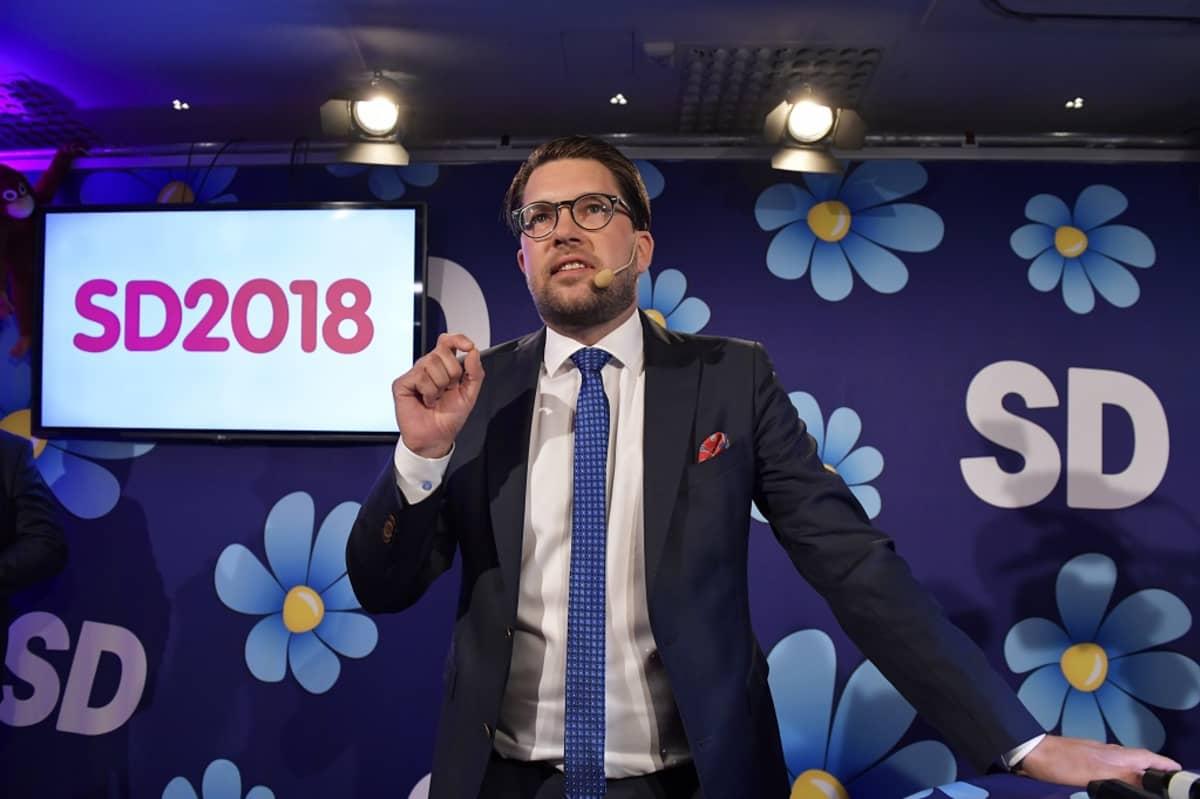 Åkesson puhuu vaalipäivän juhlatilaisuudessa.