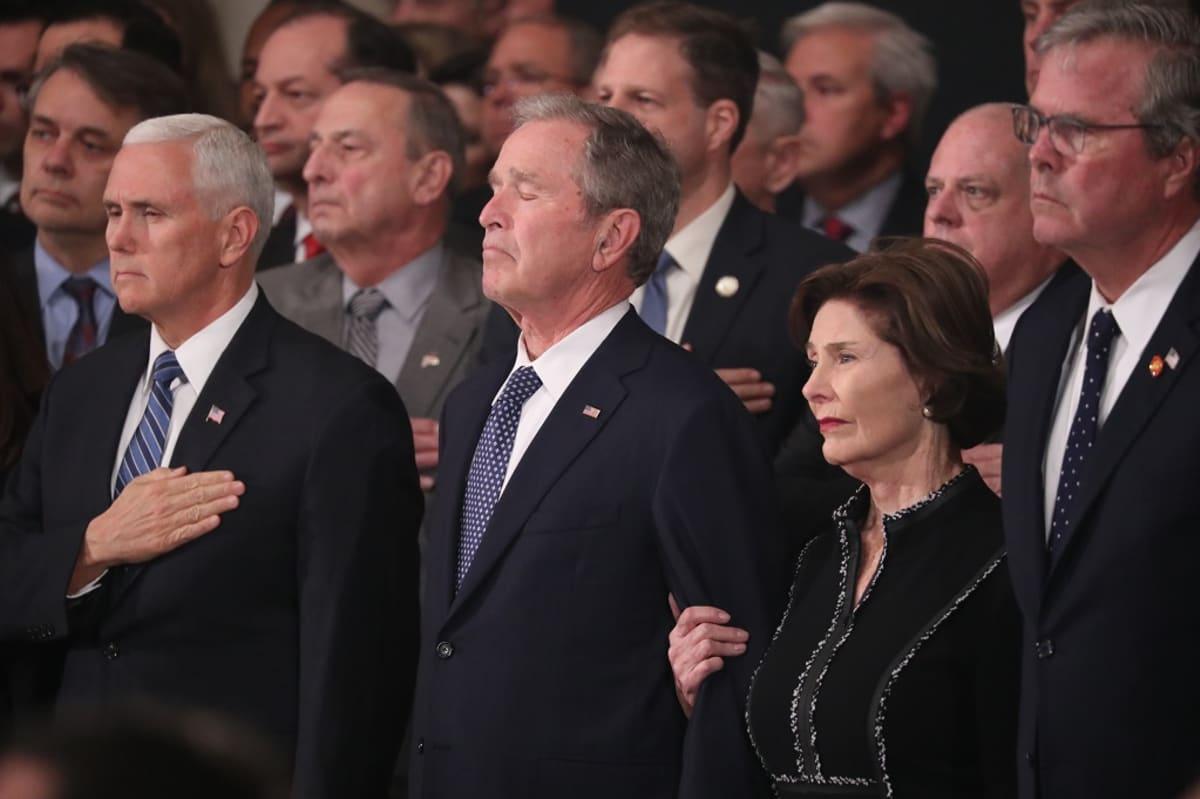 Kuvassa vasemmalta Yhdysvaltain varapresidentti Mike Pence, entinen presidentti George W. Bush ja hänen puolisonsa Laura Bush. George Bushin silmät ovat kiinni.