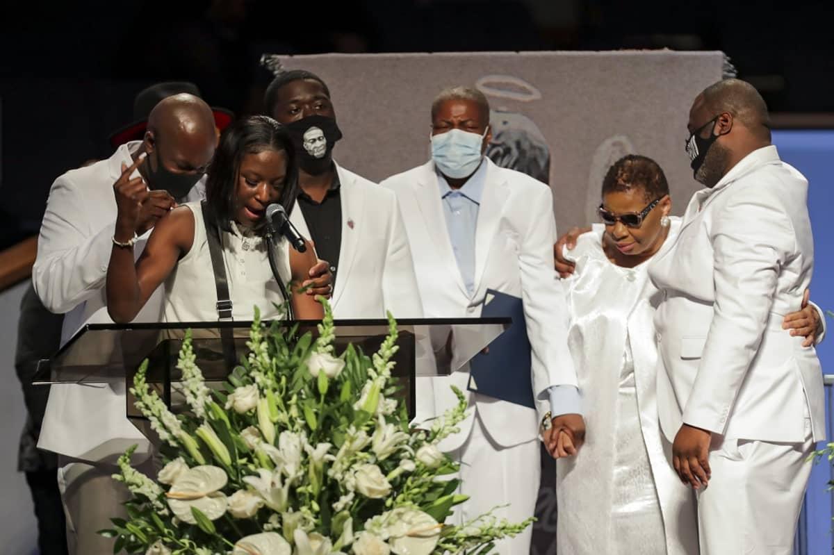Kuvassa kuusi valkoisiin pukeutunutta ihmistä.