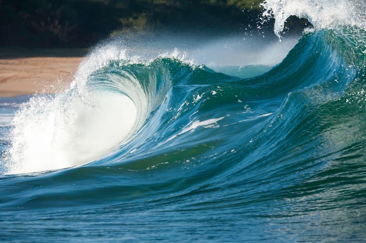 Suuria kuohuharjaisia aaltoja.