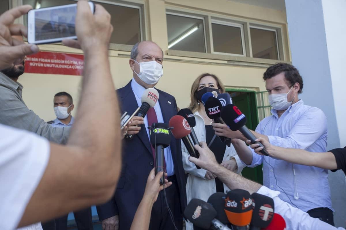 Tatar puhumassa medialle.