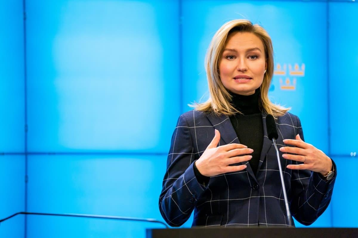 Ebba Busch puhujapöntössä, sininen tausta.