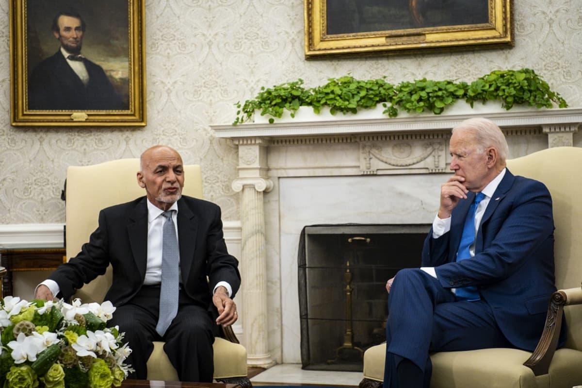 Kuvassa oikealla Yhdysvaltain presidentti Joe Biden istumassa ja vasemmalla istumassa Afganistain presidentti Ashraf Ghani.