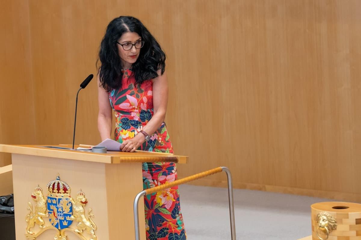 Amineh Kakabaveh valtiopäivien puhujapöntössä.