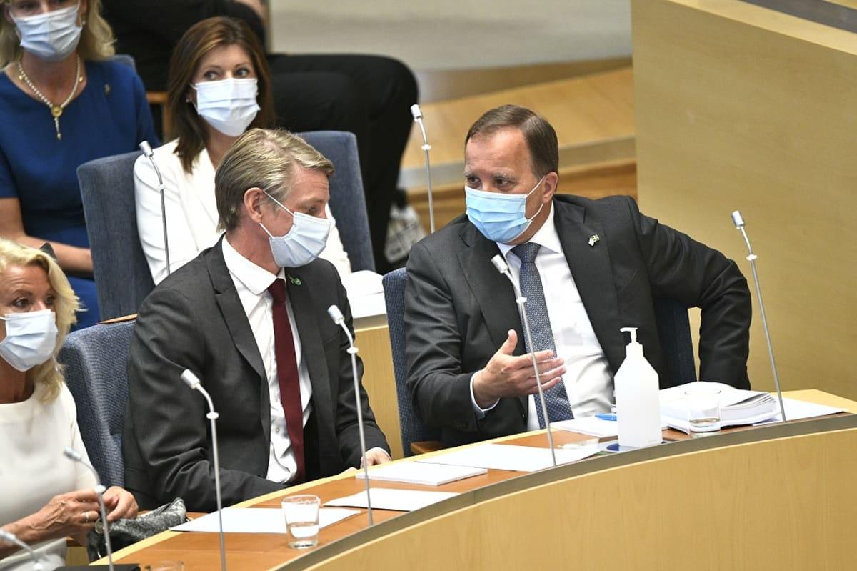 Bolund ja Löfven keskustelevat maskit kasvoillaan valtiopäivillä.