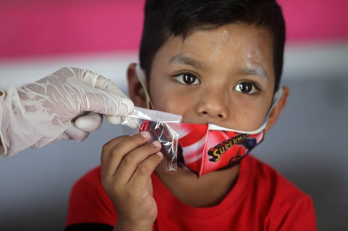 Poika saa vitamiinipillerin terveysasemalla Banda Acehissa.