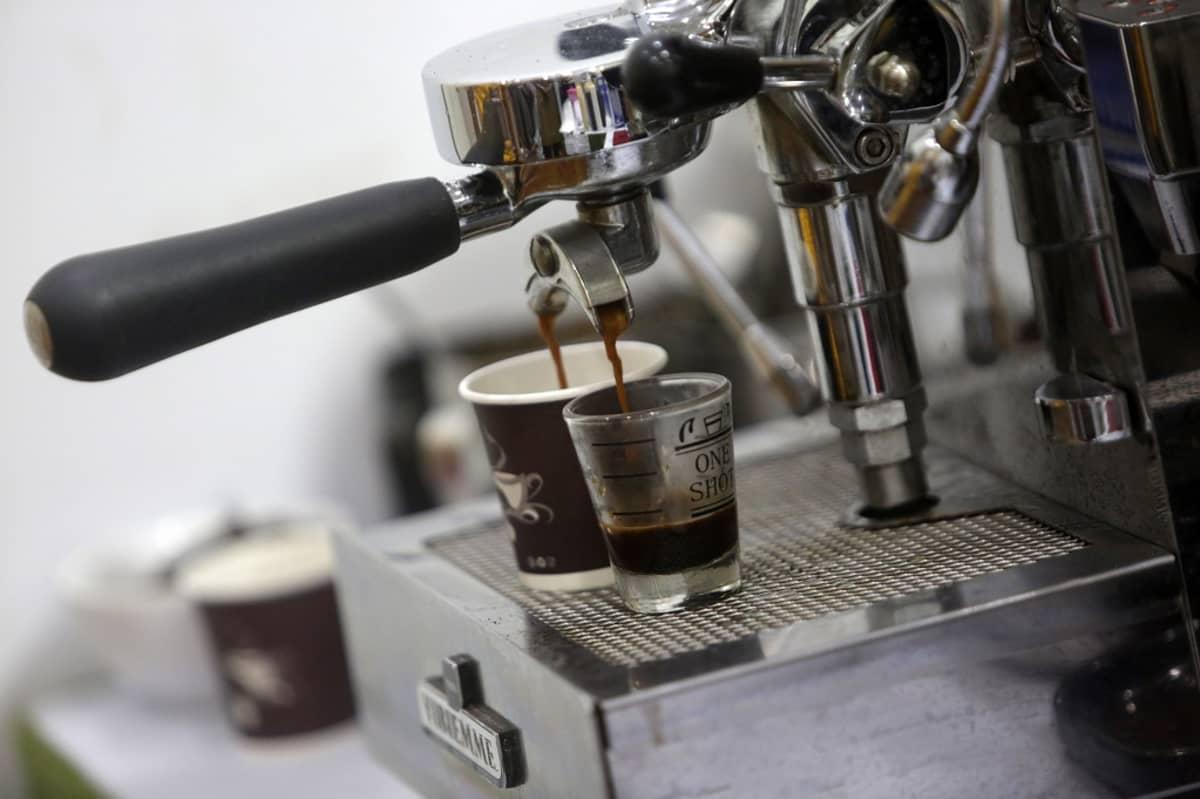 Espresso valumassa kahvikoneesta.