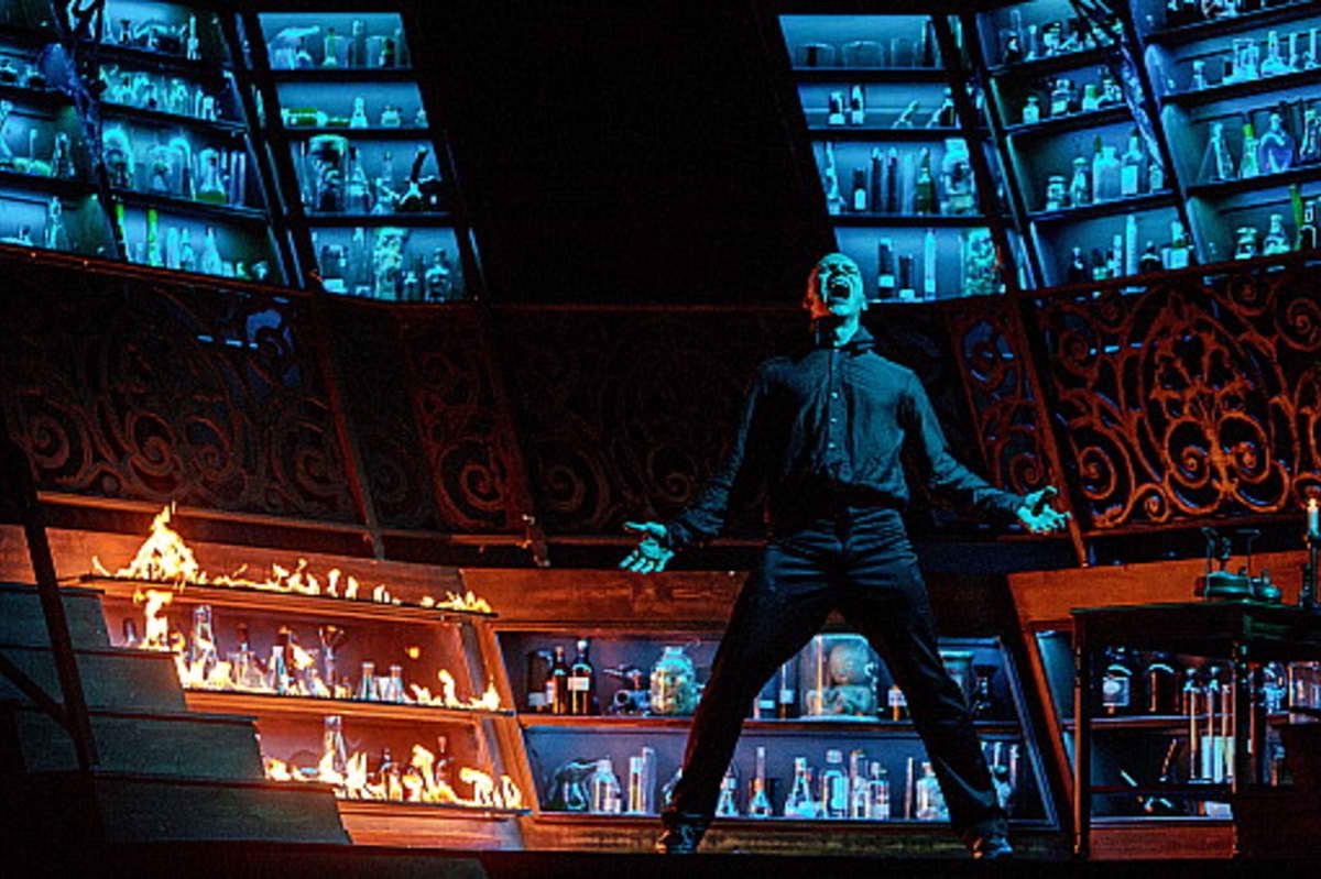 Riku Nieminen tähdittää Jekyll & Hyde -kauhumusikaalin Turun Kaupunginteatterissa.