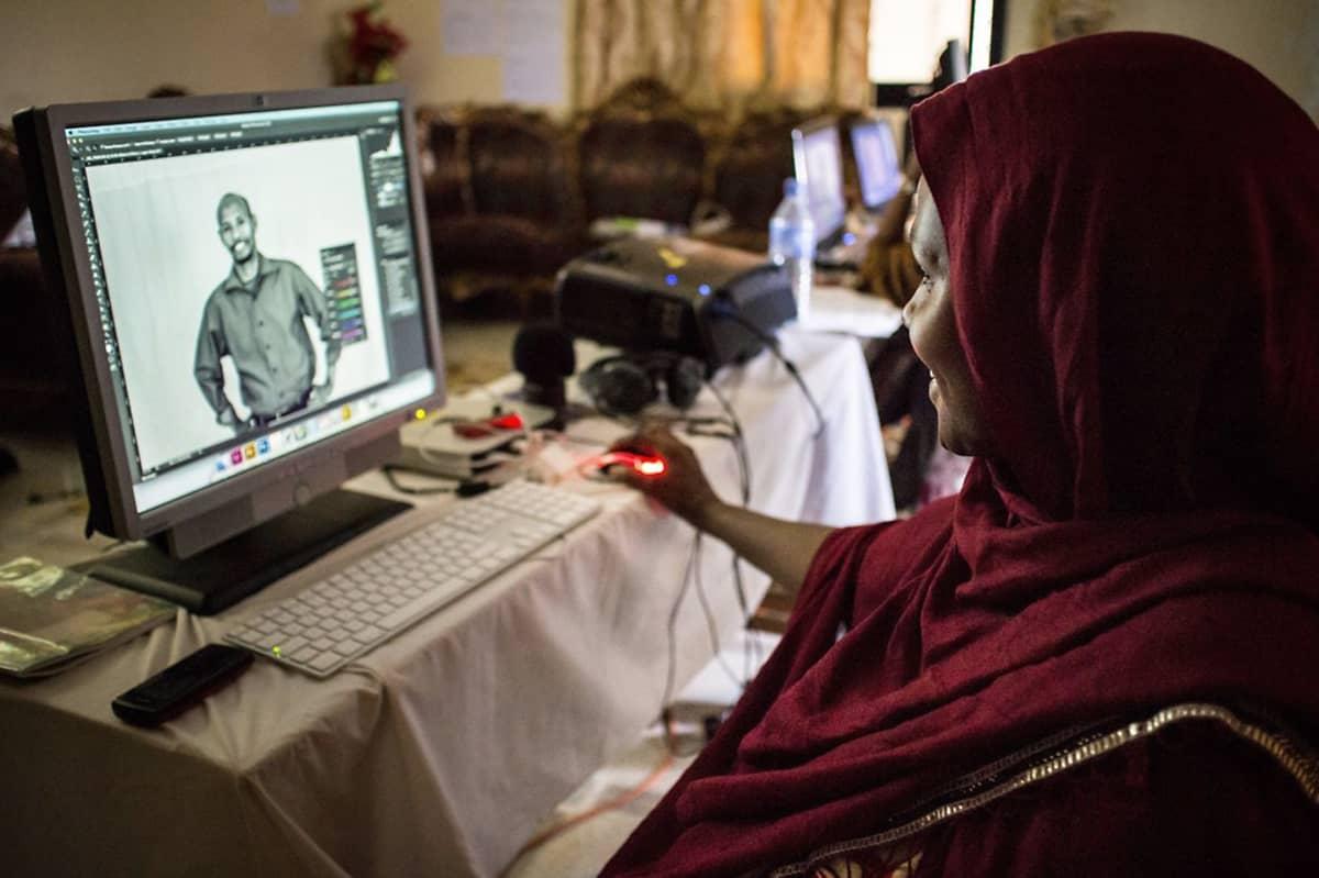 Fardowsa käyttää tietokoneen kuvankäsittelyohjelmaa.